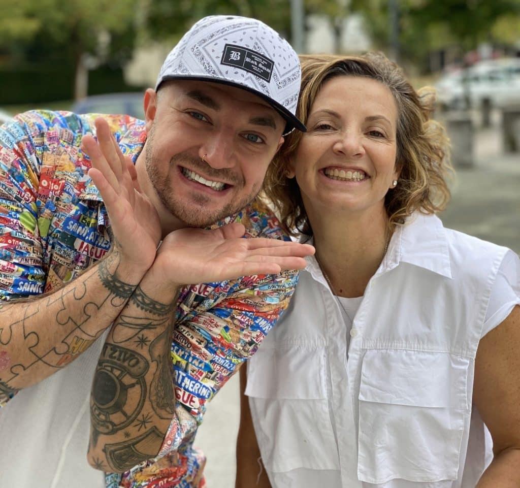 Na levi strani stoji Dejan Kranjc, znan slovenski pevec, desno od njega stoji Gordana Čižmek