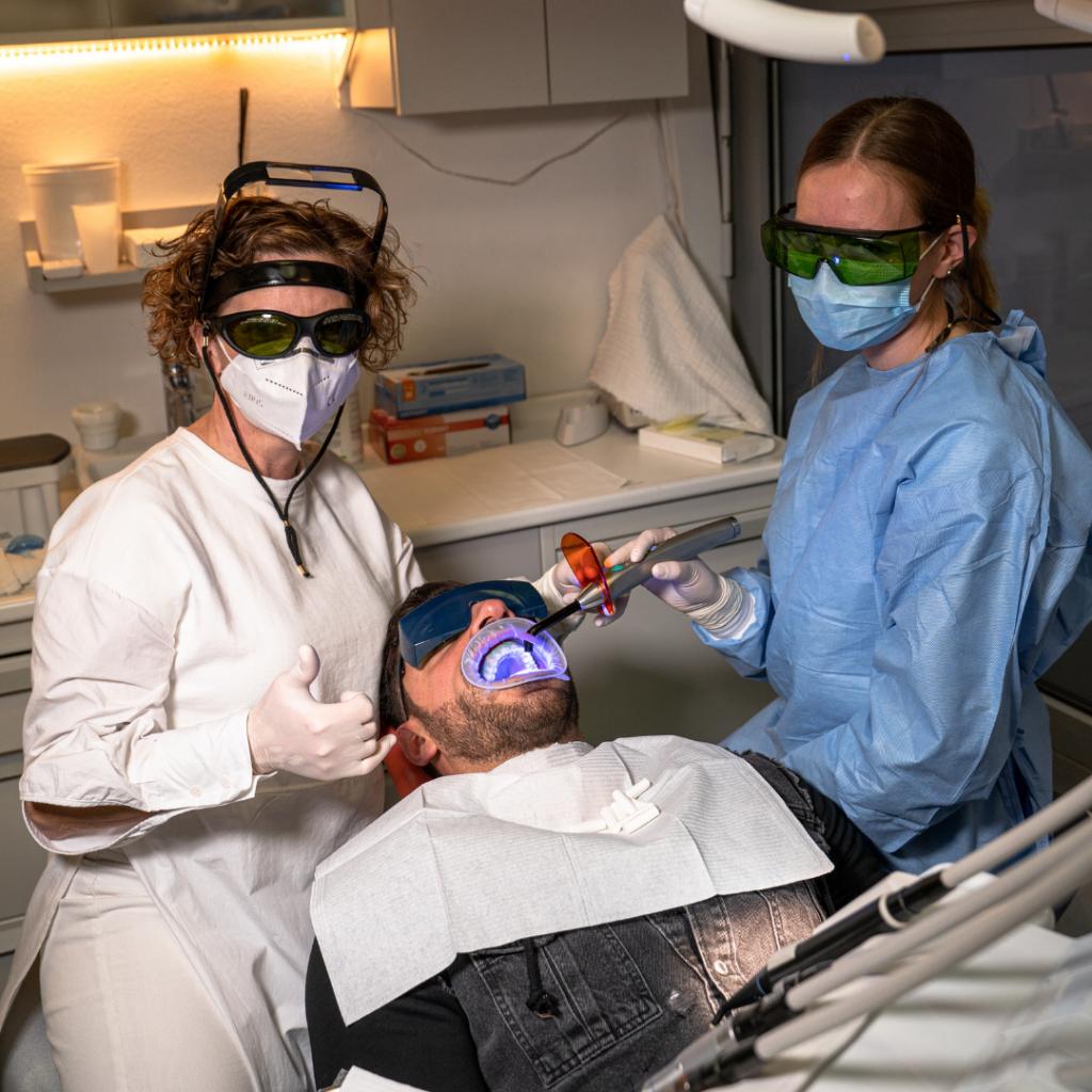 Zobozdravnica in asistentka belita zobe pacientu