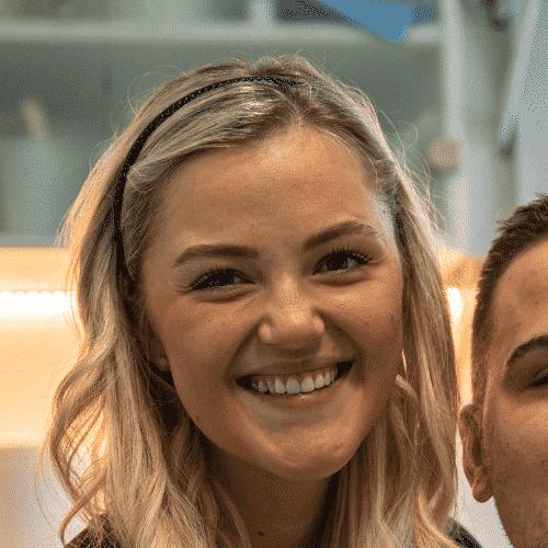Pacientka se veselo smeji, in je zadovoljna z beljenje zom